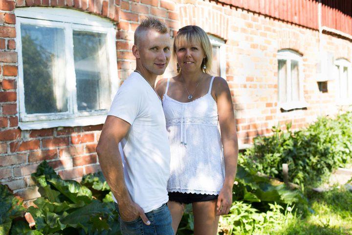 Tommy ja Jessica Skogsjö Gårdin luomupossutilalla Munsalassa